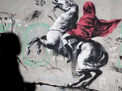 Огромное граффити украсило дом